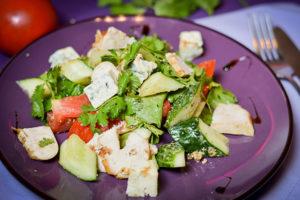 salat-v-stile-kalifornijskij-iz-kuricy